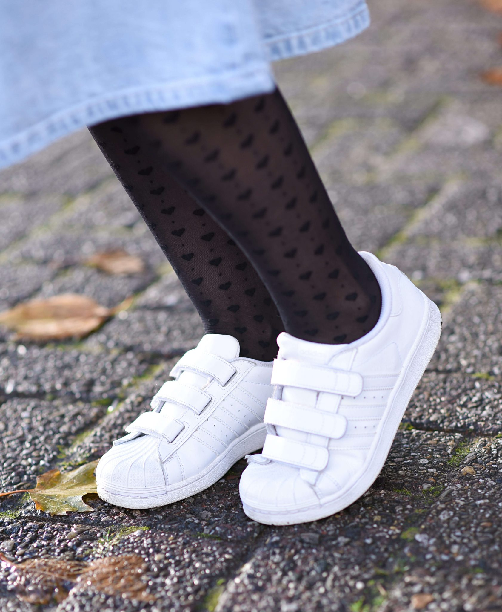 how-to-style-white-sneakers